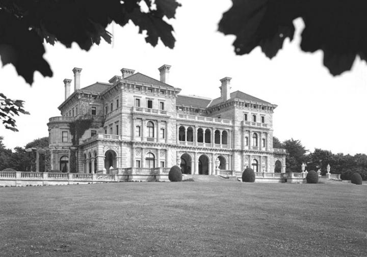 The Breakers, Newport, Rhode Island, 1892–95, conçu par Richard Morris Hunt pour Cornelius Vanderbilt. Sources RMHP